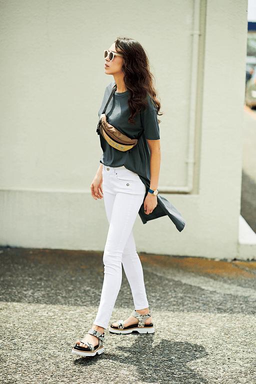 白デニムパンツとTシャツのシン