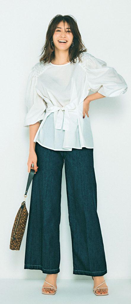デニムでもエレガントな印象で着こなせる、大人っぽい色味とセンタープレスの効いたまっすぐなシルエット。見た目よりも柔らかく軽いはき心地で、長時間はいていてもストレスフリーなのも嬉しいポイント。デニムパンツ¥20,000(ウォードブルー/ファッションピークス)ブラウス¥38,000(マーレット/サザビーリーグ)バッグ¥32,000(ザネラート/アマン)パンプス¥32,000(PIPPICHIC/ベイジュ)イヤリング¥15,219(アビステ)