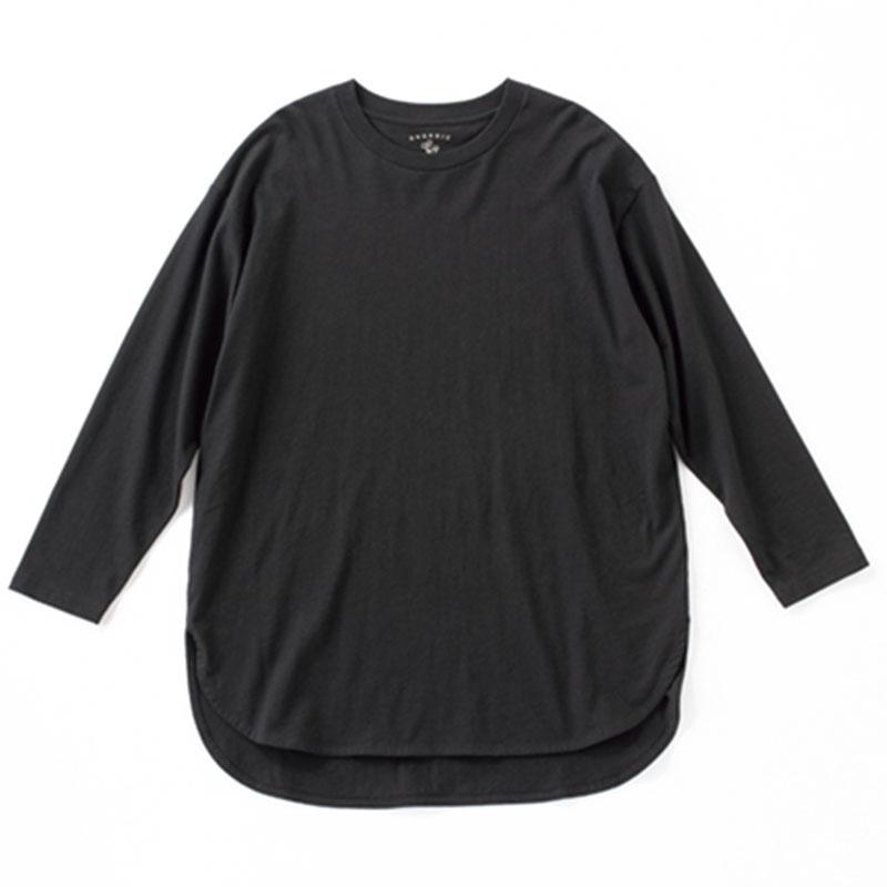黒ロンT 裾に前後差のあるデザイン。首まわりの切り返しが太いので、よりメンズっぽい雰囲気に。¥1,900(グローバルワーク/アダストリア)