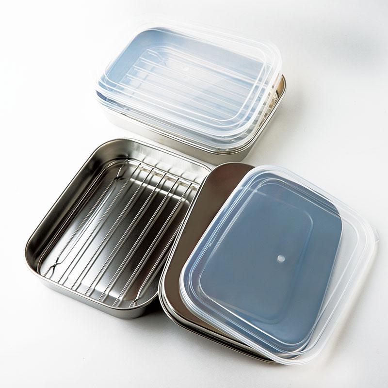 ママクック キッチンバット フルセット バット、網、シールふた各3点、ステンレスふた1点のセット。すべてを重ねてコンパクトに収納可能。「サイズも使いやすく、下ごしらえした材料はふたをして保存でき、揚げ物調理にも重宝します」(MAYAさん)¥4,000(下村企販)