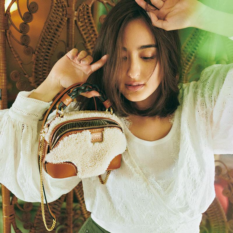 うつろいやすい女心を プレイフルなデザインで満たして アシンメトリーカットのレザーによって構築された、クロエの技術が光るダリア。デザインの特徴となっているブレイドハンドルはハンドクラフトで作られています。レザー×シアリングのコンビはカジュアルな秋冬のオシャレにぴったり。バッグ「ミニ ダリア」ミニ〈H13×W17×D7〉¥209,000(クロエ/クロエ カスタマーリレーションズ)ブラウス¥20,000(ワンティースプーン/JACK of ALL TRADES PRESS ROOM)パンツ¥17,000(SANDINISTA/FTLジャパン)