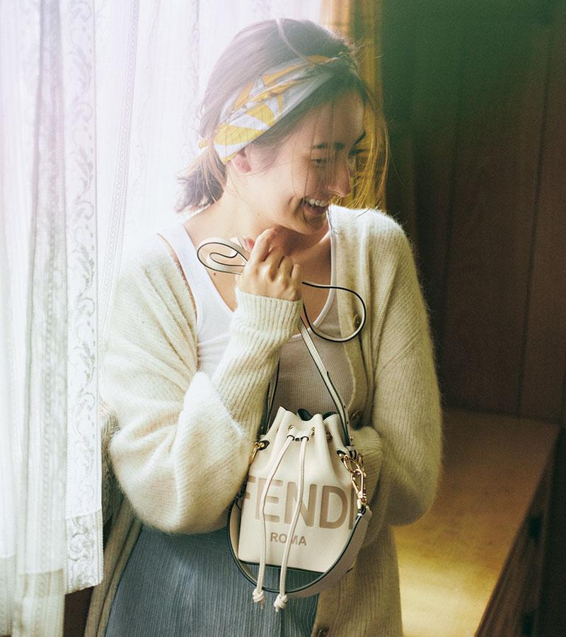 〝私の宝物〞そんな名前を持つ 小さな相棒と過ごす、幸せな時間 〝FENDI ROMA〟のロゴは熱転写プリントであしらわれ、上品な立体感を演出しています。ロングとショート、2種のショルダーストラップが付いているので様々な持ち方が可能。バッグ「モン トレゾール」〈H18×W12×D10〉¥202,000(フェンディ ジャパン)カーディガン¥26,000(アールジュビリー/ショールーム セッション)タンクトップ¥6,300(エイトン/エイトン青山)パンツ¥29,000(ブルーバード ブルバ-ド)スカーフ¥12,000(マニプリ/フラッパーズ)