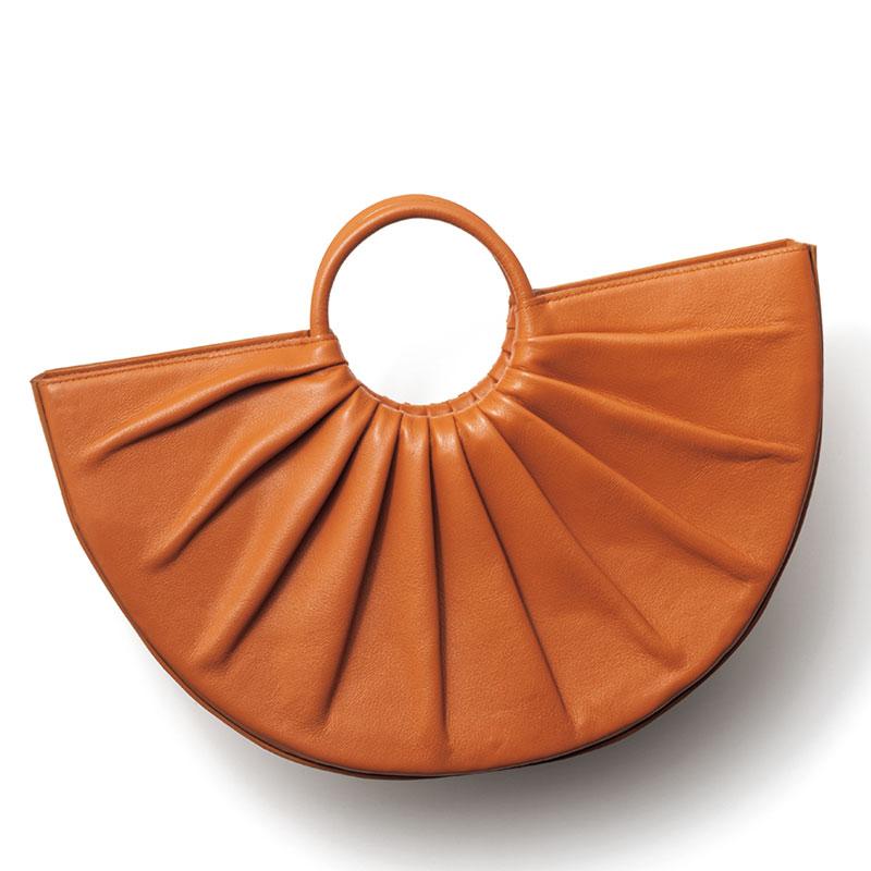 Hand Bag コーデのアクセントになる半円型。ストラップ付き。レザーバッグ〈H21×W37×D8〉¥56,000(ディーエル ワイピー/デミルクス ビームス新宿)