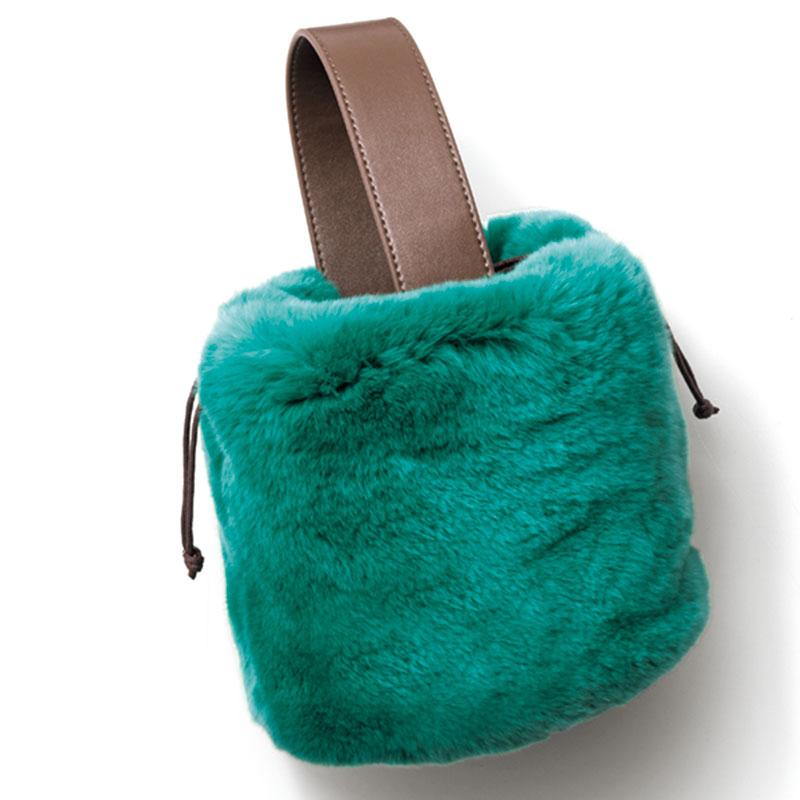 Shoulder Bag 思わず頰ずりしたくなるような柔らかなラビットファー。オシャレなグリーンには癒し 効果も。ファーバッグ〈H15×W15×D13〉¥12,000(アン コキーヌ)