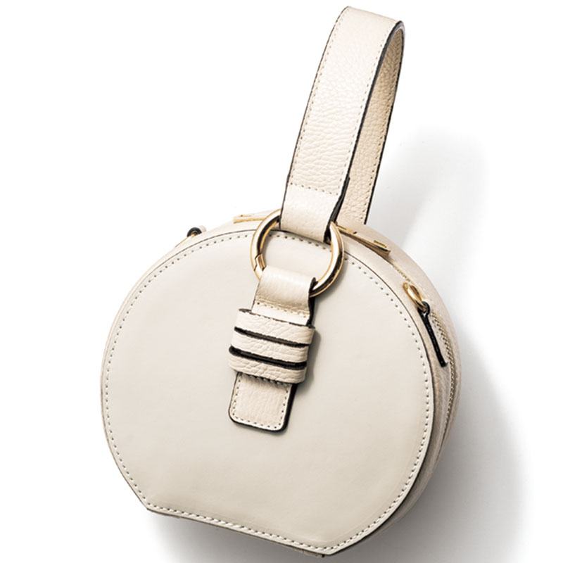 Hand Bag ノーブルなワンハンドルバッグもサークル型を選べば愛らしい印象。ホワイトレザーバッグ〈H16×W17×D8.5〉¥19,000(メゾン ヴァンサン/フラッパーズ)