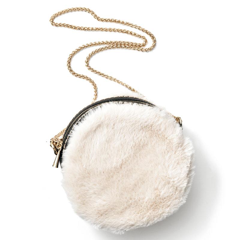 Shoulder Bag 柔らかなホワイトファーと華奢なゴールドチェーンの組合せが可愛い。バッグ〈H18×W18×D6〉¥27,000(プリニオヴィソナ/アオイ)
