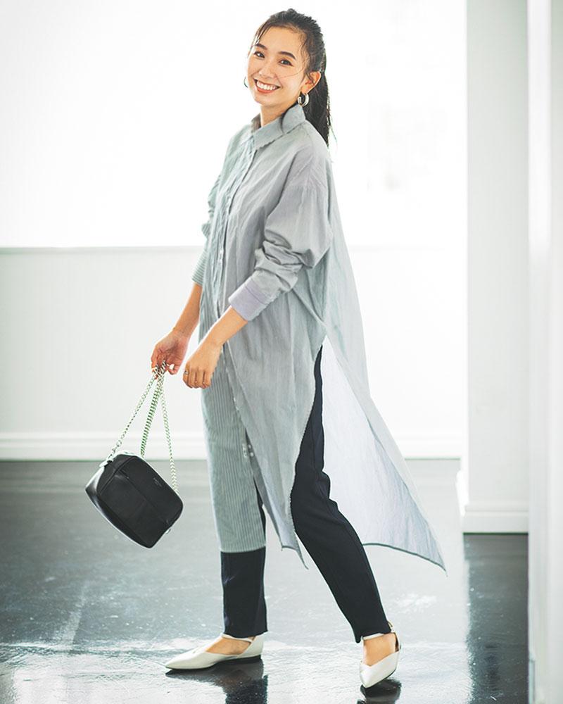色はモノトーンと寒色系が黒髪には似合うと思っているので、ブルーストライプのワンピに!靴まで黒だと髪も含めて黒の面積が多いので、白い靴で抜け感を意識しています。