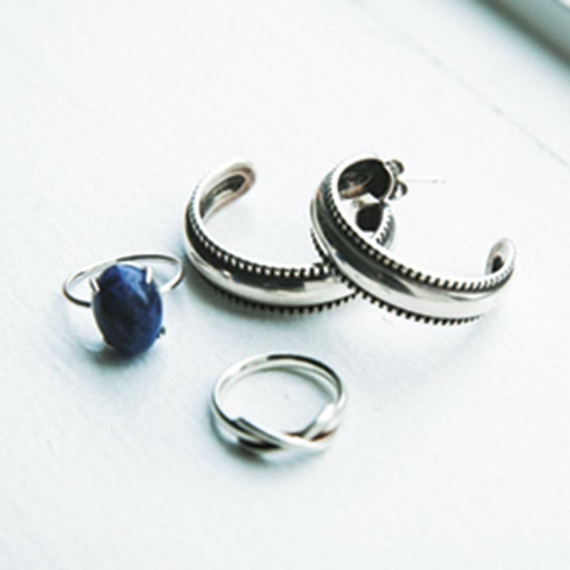 爽やかなブルーやネイビーっぽいトーンの服の日は、シルバーアクセでまとめてクールな雰囲気にします。ピアスはPHILIPPE A UDIBERT、リングはTiffanyとgenic jewelryです。