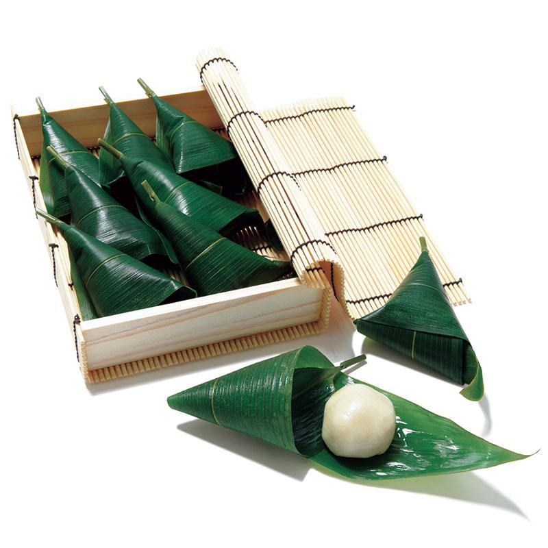 半兵衛麸の「笹巻麸」 つるん、もっちりした食感がたまらない。夏だけではなく年中楽しめる生菓子。秋は温かいほうじ茶と