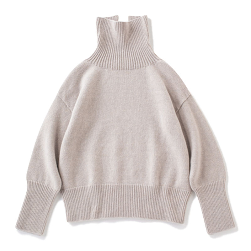 ミドルゲージニット ざっくりとしたタートルニットは、ナチュラル体型が着ることで女らしさが。¥20,000(ALDERNEY LAMBSWOOL/メゾン イエナ)