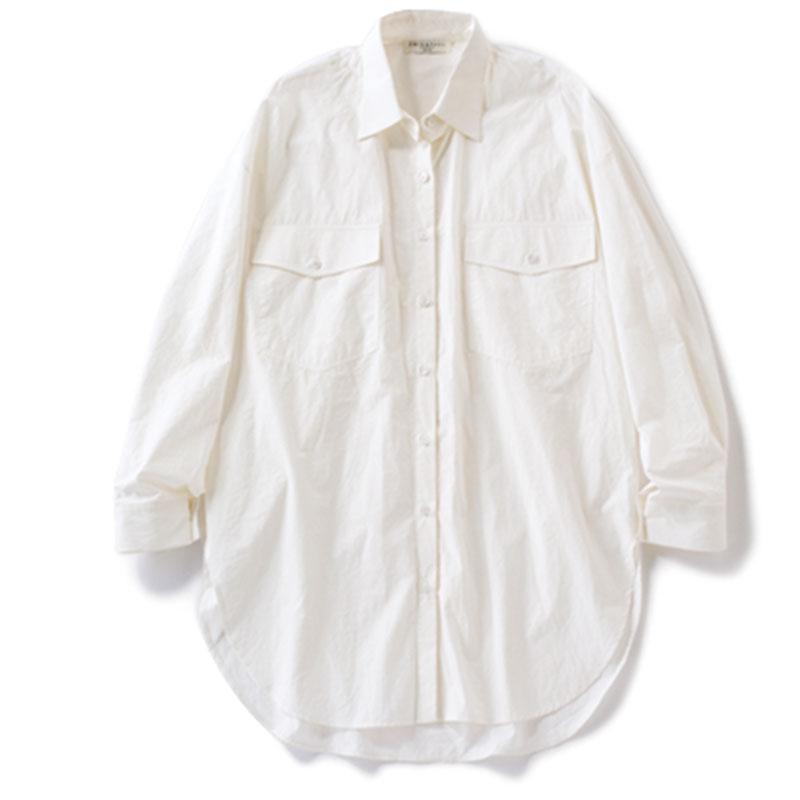 ビッグシャツ 大きなポケットが配されたデザインがナチュラル体型にしっくり。¥16,500(エミンアンドポール/スローブ イエナ自由が丘店)