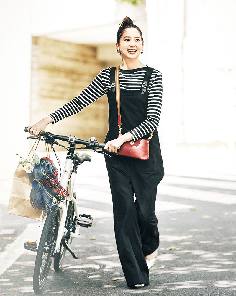 ボーダー、自転車、お花…たまには絵になるオシャレだって楽しい ひとりの時間には自分のためのオシャレを。カジュアルなデザインのオールインワンも、モノトーン配色に赤小物を添えてフレンチシックに着れば上品にシフトできます。