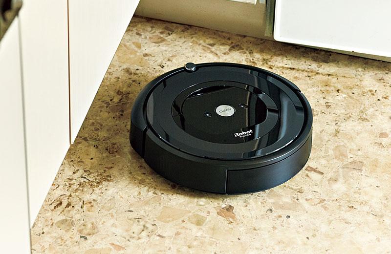 アイロボット ロボット掃除機 ルンバe5 ルンバの持ち味である強力な吸引力に加え、ゴム製で特殊な形状の凸凹ブラシにゴミがからまずストレスを感じず掃除ができます。丸ごと水洗いできるダスト容器で手入れも簡単。