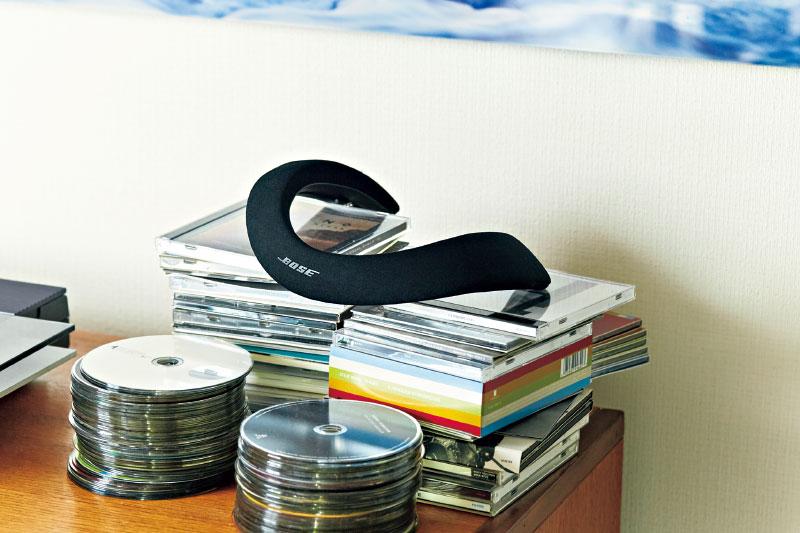 BOSE ウェアラブルスピーカー SOUNDWEAR COMPANION SPEAKER 音楽に没頭しながらも、周囲の様子を把握できる便利なウェアラブルスピーカー。首や肩の形に合わせ、自由に調整できる形状固定ワイヤーとシリコンがねじれを適度に調整¥32,000(ボーズ・オンラインストア)