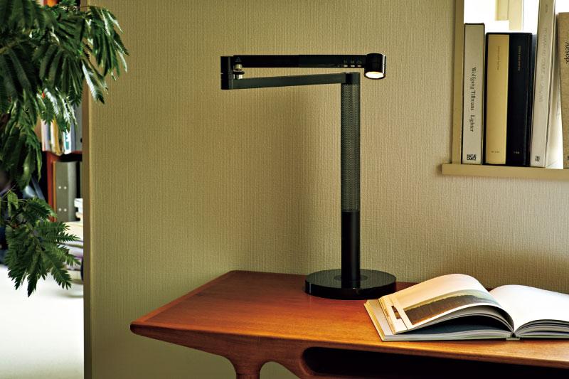 Dyson Lightcycle Morph™ デスクライト ヘッド部、アーム部、支柱部をフレキシブルに可動させることで、一般的な作業用デスクライトのほか、間接照明やスポットライトなど様々なスタイルのライティングに対応。¥66,000※編集部調べ(ダイソンお客様相談室)