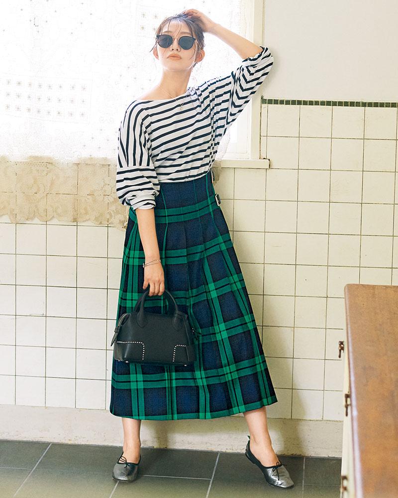 O'NEIL OF DUBLINのブラックウォッチ 濃紺に明るい緑を効かせたブラックウォッチ。伝統的な配色も、色の彩度によって印象ががらり。クラシックながら女性らしいムードに。柄×柄も可愛い。スカート¥24,000(オニール オブ ダブリン/アナトリエ ミュゼ プリヴェ アトレ恵比寿店)カットソー¥12,000(ルミノア/ゲストリスト)バッグ¥172,000(J&Mデヴィッドソン/J&Mデヴィッドソン青山店)シューズ¥25,000(スペルタ/フラッパーズ)サングラス¥46,800(アイヴァン7285/アイヴァン7285トウキョウ)ネックレス¥8,380(チビジュエルズ/チビジュエルズ・ジャパン)バングル¥5,155(アビステ)