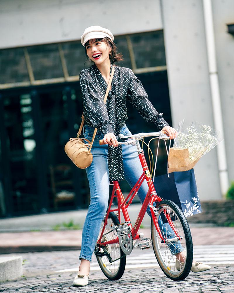 自転車¥58,709(BRUNO/FLAME bike)ブラウス¥26,000〈フォンデル〉シューズ¥38,000〈ロランス〉(ともにユナイテッドアローズ 有楽町店)デニムパンツ¥19,000(レッドカード/ゲストリスト)バッグ¥28,000(リエンピーレ/ショールーム233)帽子¥3,000(ロデスコ/ロデスコアーバンリサーチ ルクア大阪店)ピアス¥12,000(ナチュラリ ジュエリ/ナチュラリ ジュエリ新宿髙島屋店)リング¥30,000(チェリーブラウン)