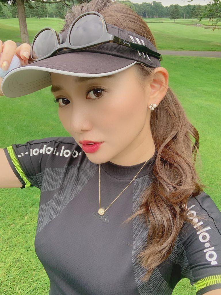 夏ゴルフはポニーテールが基本!