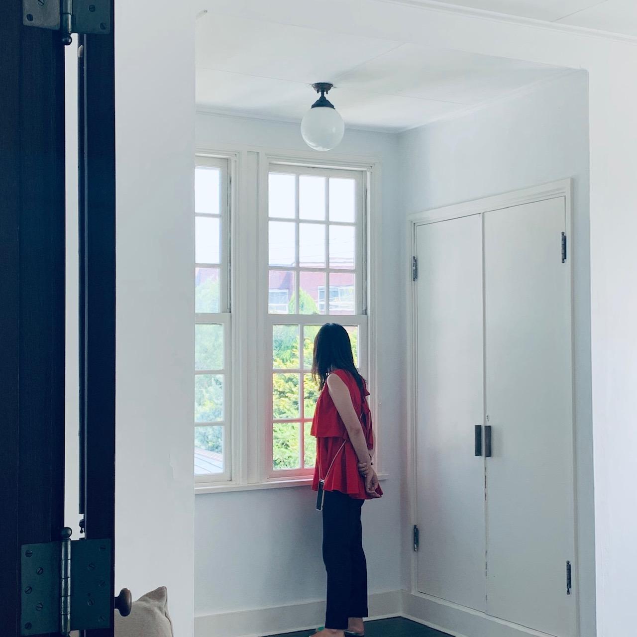 【撮影日のライター北山】この日もSEVEN TEN by MIHO KAWAHITOの赤ペプラムトップス×パンツ♡ 足元はもちろんぺたんこでした。神戸出身ゆえ、ミーハー魂ありつつも根がコンサバ、とは本人の弁。VERYでも活躍中。