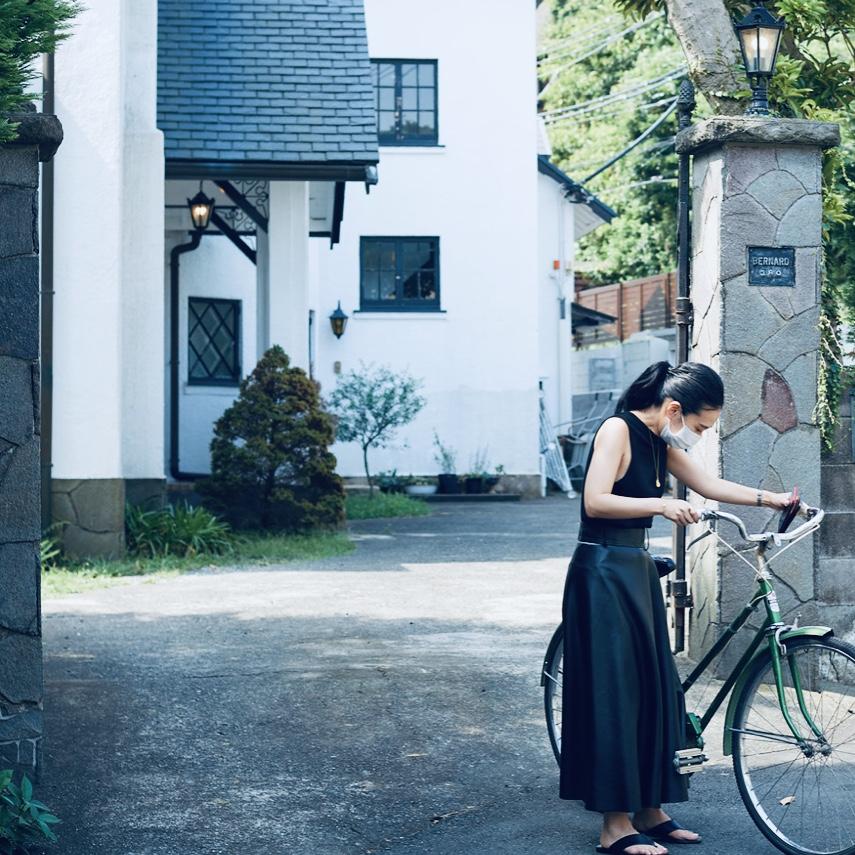 【撮影日の編集K】次号の小道具・自転車を押しております、編集K。身長154㎝、CLASSY.ONLINEではZARAの記事なども担当。この日のスカートはZARAのフェイクレザー、そして丈とラインはは紹介したSov.とほぼ同じという、ブレなさ。