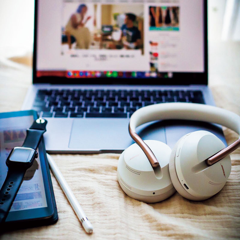 オンライン会議や電話での打ち合わせのときなど、周りの騒音が気になり集中できずBOSEのヘッドホンを購入。Apple Watchからも操作ができ、さらにSpotifyで好きな音楽を聴きながら快適にリモートワークできるように。
