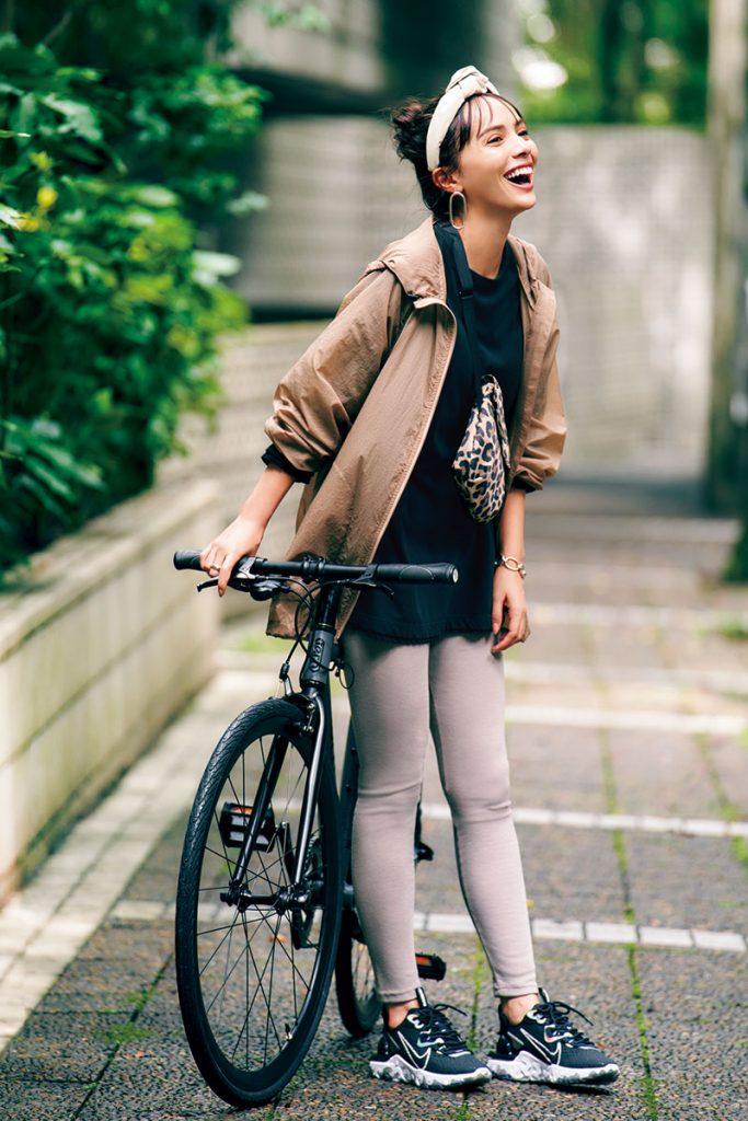 自転車¥53,000(tern/リピト・イシュタール)ジャケット¥26,000(ミューニック/ピーチ)ロングTシャツ¥24,000(エイトン/エイトン青山)レギンス¥4,800(ルーニィ)バッグ¥24,000(マッキントッシュ×ポーター/マッキントッシュ青山店)スニーカー¥13,000(ナイキスポーツウェア/NIKEカスタマーサービス)カチューシャ¥11,000(マルツォリーネ/エイチビューティ&ユース)ピアス¥11,000(ニナ・エ・ジュール/フリークス ストア)リング¥13,000(ニナ・エ・ジュール/ショールーム233)バングル¥129,000(チェリーブラウン)