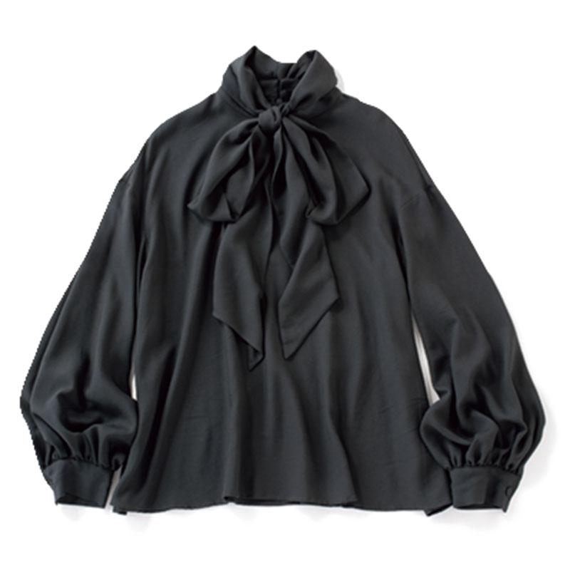 ボウタイブラウス とろんとした生地のボウタイブラウスは、ウェーブタイプの胸元を盛り上げてくれるアイテム。ブラックで大人っぽく。¥11,000(ノーク)
