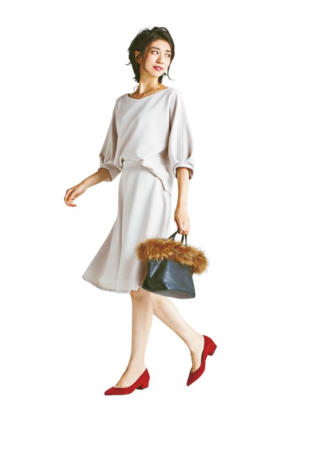 白のブラウスに白スカートをあわ
