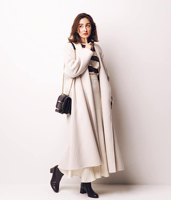 白のコートとスカートを合わせた