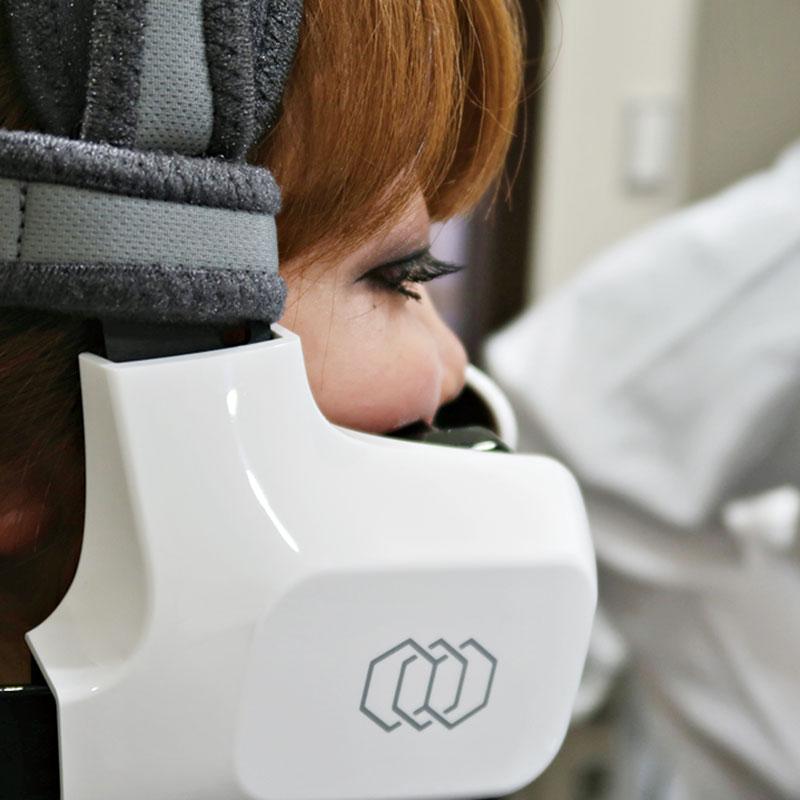 世界初の全自動フェイシャルタイトニングマシーンで、高周波を用いた若返り治療です。顔に機械を30分装着する施術ですが、効果を即実感。