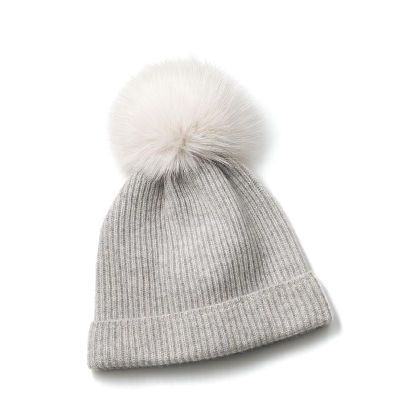 上質なカシミヤにニュアンスカラーのファーをプラスしたリッチなニット帽。ニット帽¥28,000(KARL DONOG HUE/ショールーム セッション)