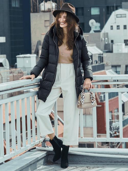 シンプルな黒のダウンコートに白