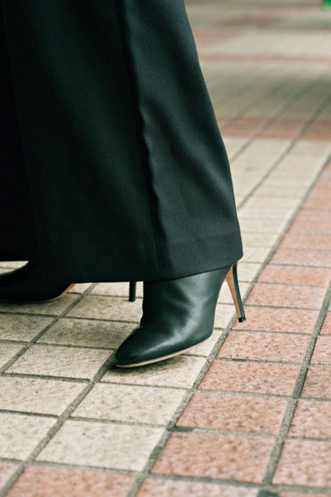 長めのワイドパンツに同色のブーツを。なるべく鋭角なポインテットトゥを選べば、足先を長く、全身もシュッとした印象に見せる効果がアリ。