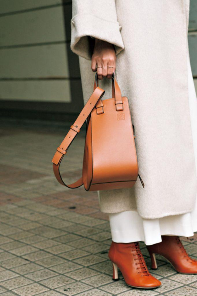 バッグが大きいと全体のバランスが崩れてしまうのでハンモックはマチをしまって縦長でコンパクトなサイズ感に変形させて持つようにしています。
