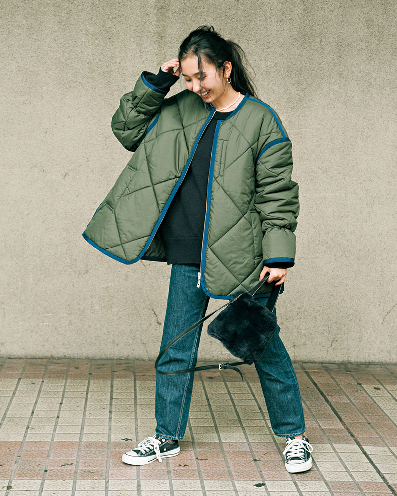 BLACK BY MOUSSY(ブラック バイ マウジー) ゆったりストレートの濃い色デニムは 冬の装いにぴったりな存在感 腰回りはスッキリ見えつつ、ひざ下に程よいゆとりのあるストレートデニムは、オーバーサイズのダウンジャケットでメンズライクな装いに。濃いめのブルーがカーキや黒と相性がいいので、秋冬に重宝しているデニムです。足元もスニーカーで思い切りラフな雰囲気にしました。ブラックバイマウジーのデニムは裾を切らなくてもちょうどいいのが嬉しいです。 ジャケット(UN3D) ニット(Deuxième Classe) パンツ(BLACK BY MOUSSY) バッグ(UNITED ARROWS) 靴(CONVERSE)