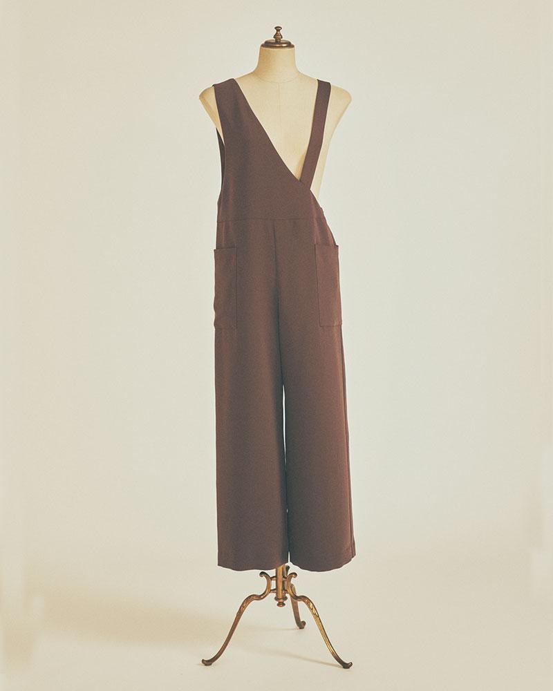 LOUNIE 非対称なデザインと大きめのパッチポケットがついて着るだけで今っぽく。とろみのあるダークブラウンは、使い勝手も抜群!サロペット¥26,000(ルーニィ)