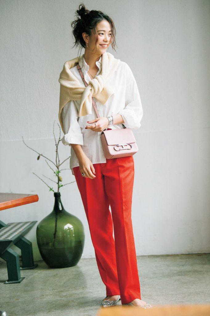 Red×White 一番合わせたかったピンクのバッグを中心にコーディネート 赤のパンツに合わせたいカラーを考えた時に、今一番に思いつくのが赤と同系色のピンクのバッグ。ただそれだけだと甘くなってしまうので、シャツとニットでクールかつマニッシュな印象を取り入れて、色味とのバランスを取りました。片側だけシャツをボトムスインしたり、ニットもアシンメトリーに羽織ることで無造作感も作り込んでいます。ニット(ESTNATION)シャツ(L'Appartment)パンツ(JOHN LAWRENCE SULLIVAN)バッグ(CAROLINA HERRERA)靴(TSURU by Mariko Oikawa)