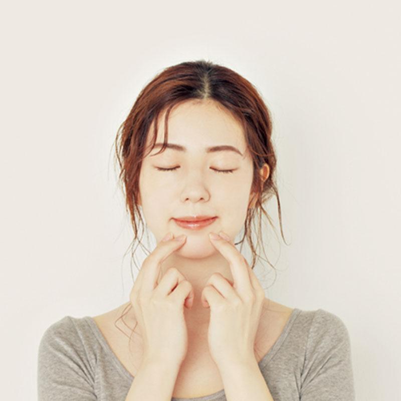 3.さらに2本の指で歯茎を押すように、口の周りをまんべんなくプッシュします。鼻の下、口角上、口角横、口角下、唇下と行って。