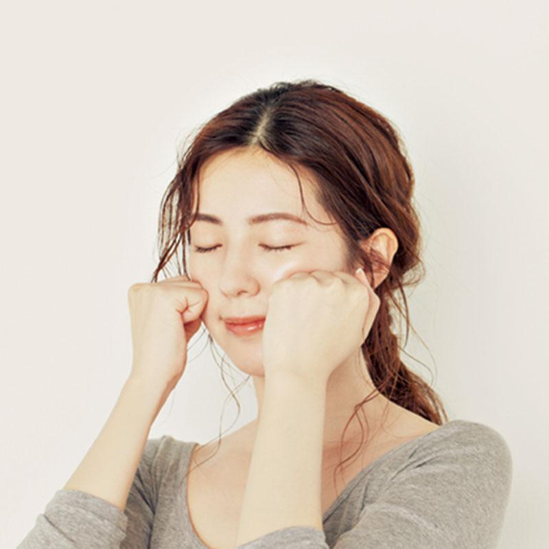 4.手をこぶしにしてフェイスラインから上に持ち上げたら、顔を下に向け、頬を両手に預けるようにこぶしを上下に返して揉みほぐします。