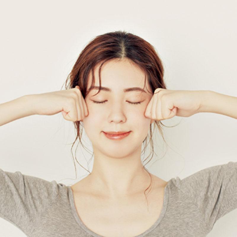 7.プロセス6の手の状態をつくり、目の下から顎までを7つのラインに分け、顔全体をまんべんなく2回押し流していきます。