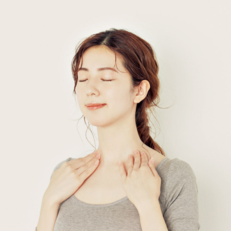 8.次に指を伸ばしそろえて、耳の前から鎖骨に向かって押し流します。この動きをすることでリンパが流れます。