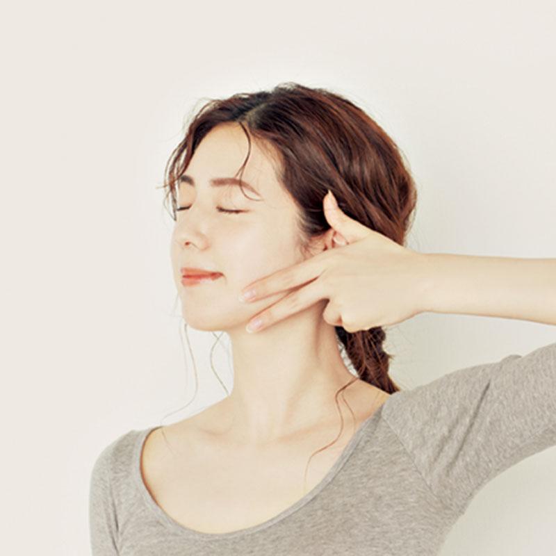 9.人さし指と中指で顎をしっかりと挟みます。肘を上げ、耳の前までフェイスラインに沿って指 を動かして。2回ずつ行います。