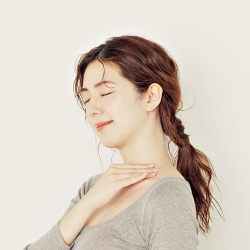 10.仕上げに反対の手の指をそろえて耳下に置きます。そのまま鎖骨に向けて手のひらをなで下ろせば、リンパが流れてすっきりします。