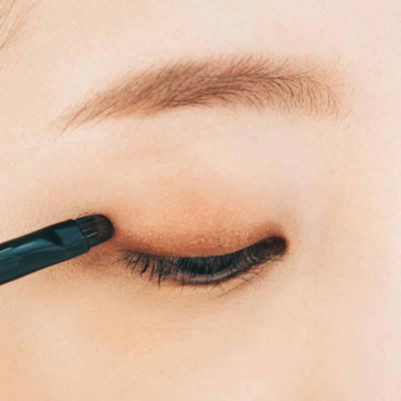 右下の濃いめのブラウンは細チップを使って、目のキワから2/3の幅まで、少しぼかすように入れていきます。