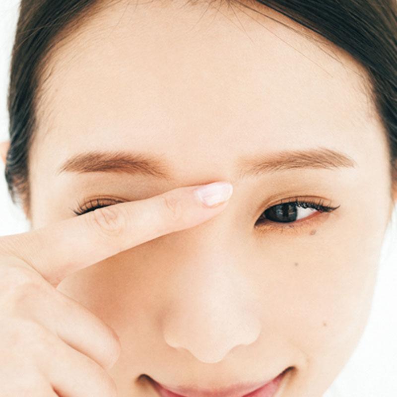 同じく、ハイライトを指に取ったら眉間から鼻筋に一直線に入れましょう。鼻を高く見せつつ、顔立ちがシュッとした印象になります。
