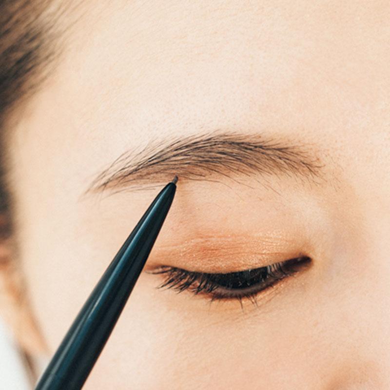 極細ペンシルで一本一本描き足して ペンシルで足りない眉毛を一本一本描き足します。さらに下の平行のラインは重点的に。自眉が薄い人は特にここをしっかりめにやるとうまくいきます。