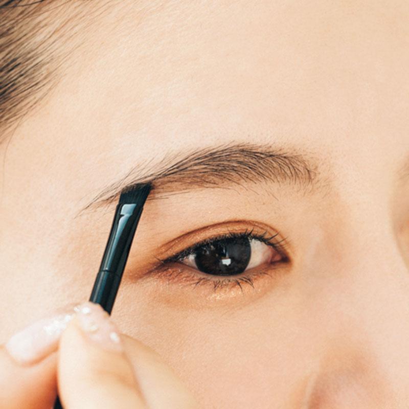 パウダーで全体をしっかり描き足し 次にパウダーでもしっかりと眉全体を描き足します。上のアーチと下のまっすぐな平行ライン、眉尻は濃いめのブラウンを使ってしっかり描きます。