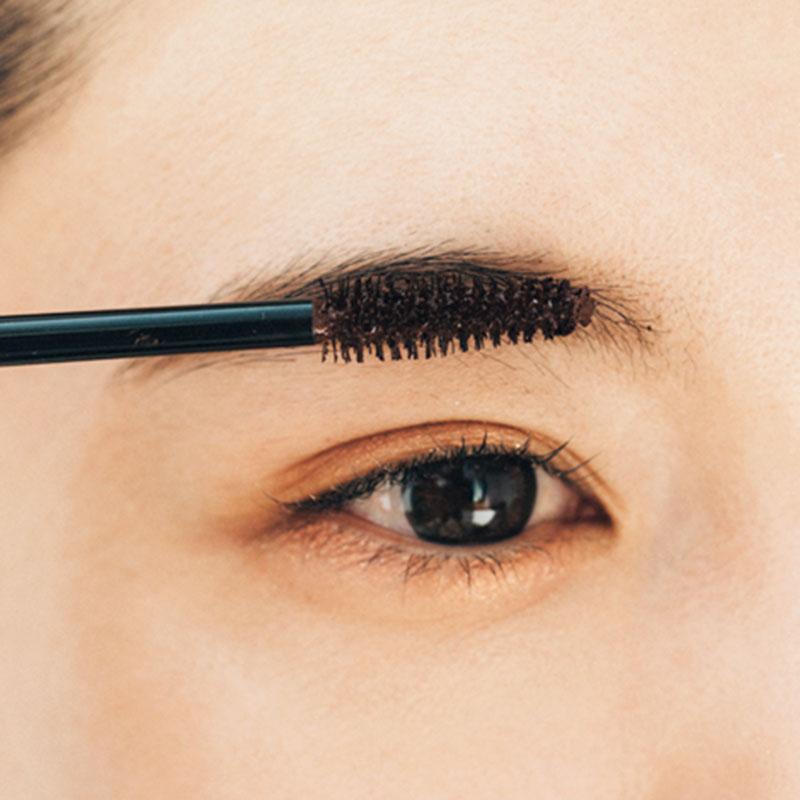 マスカラで眉頭をガッツリ立てます 印象の強い眉毛を作るために普通のマスカラを使って、毛束感と毛並みをつけます。特に眉頭はしっかりブラシを立てて眉毛を立たせて。