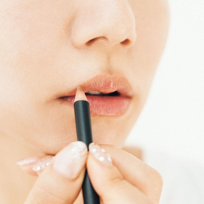 リップペンシルで輪郭と口角を描いて 唇のアウトラインをなぞっておくとリップがくっきり浮き上がって印象的になります。仕上げに口角を上げておくとニッコリご機嫌な表情に。