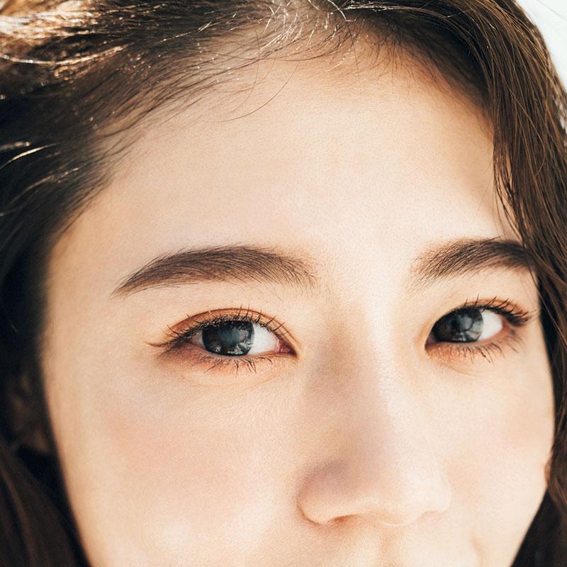 眉がしっかりしている分、アイシャドウに頼らず、アイラインとマスカラで美人っぽい切れ長な目に。目元に抜け感が出て今っぽい顔立ちに。